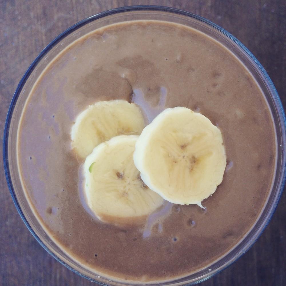 ro's favourite, banana smoothie, avocado, raw cacao, breakfast smoothie, banana and chocolate smoothie, dates, banana and dates smoothie